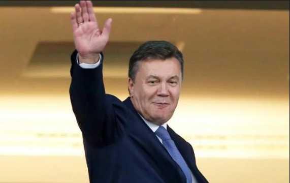 «В правительственной ложе»: Януковича засекли на футбольном матче, только посмотрите в чьей компании