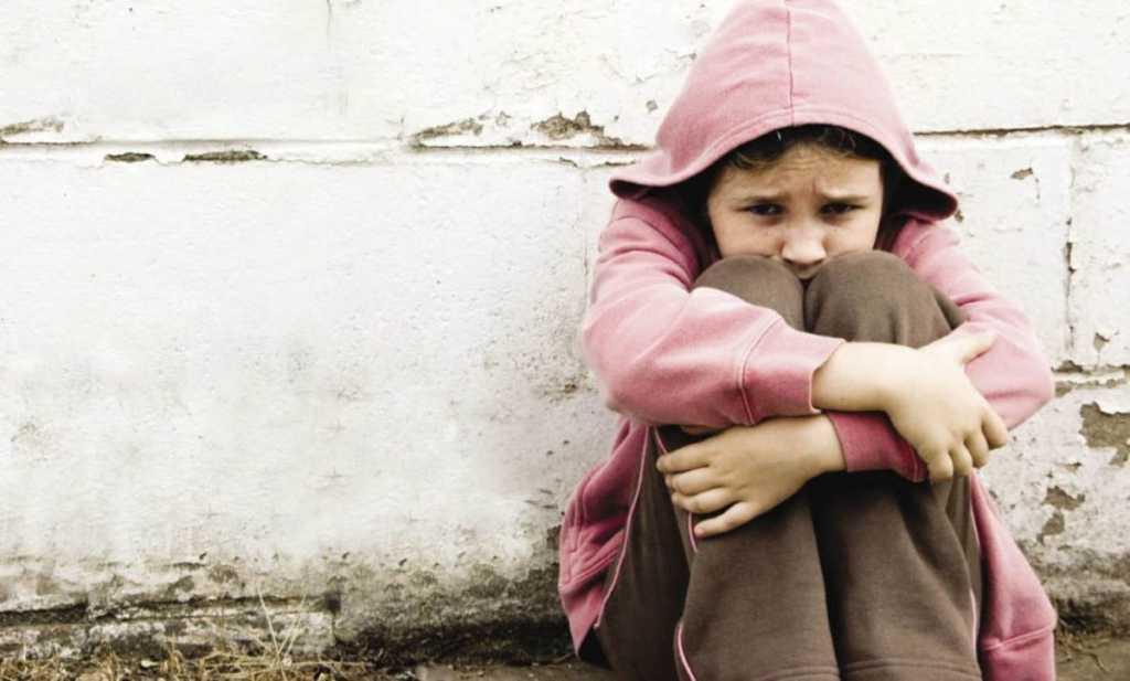 Терся и лез между ног: В Днепре мужчина надругался над 12-летней племянницей