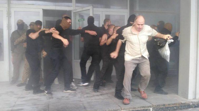 «Били мужчин и женщин преклонного возраста»: В столице неизвестные захватили госпредприятие