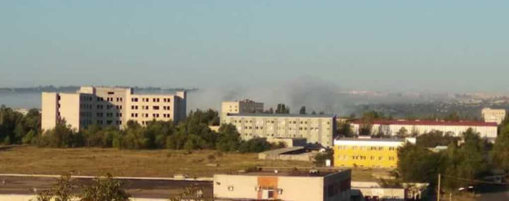 Страшная вонь, головная боль и тошнота: На Луганщине из-за пожара на водочном заводе весь город оказалось ловушке