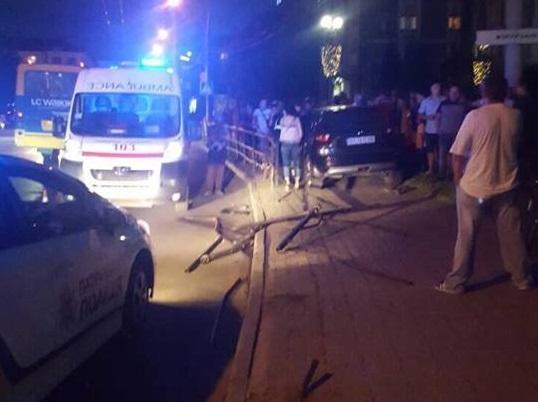 «Иди на х@@!»: В Тернополе мажорная дама- «папугайчик» снесла забор и вылетела на тротуар (видео)