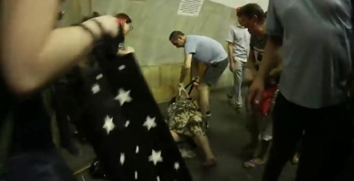 Прохожие не могли разжать ей зубы: В метро Киева бабка намагалсь загрызть котенок