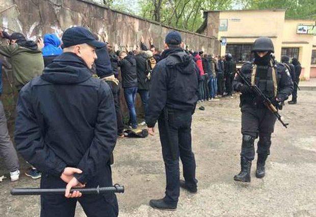 Свидетели слышали выстрел, а затем увидели драку: В центре Ивано-Франковска устроили массовую драку