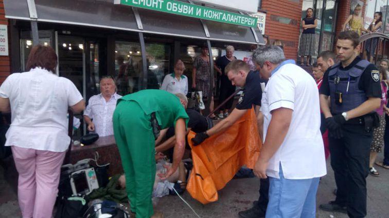 Ребенок плакал и просил спасти отца: в центре Днепра человек умирал посреди улицы на глазах у 6-летней девочки