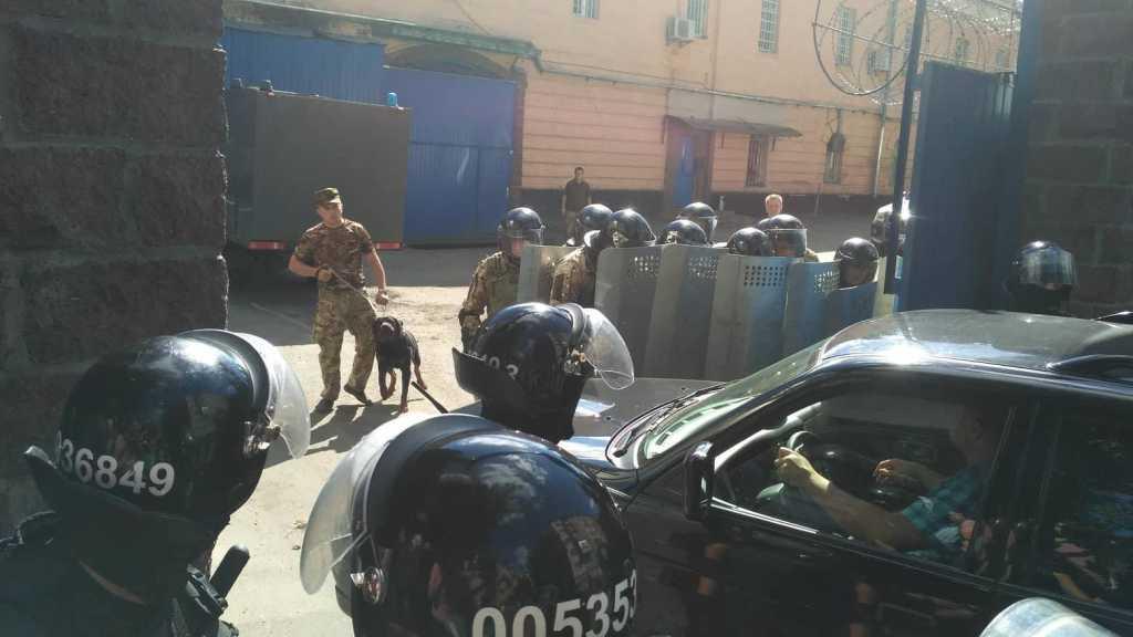 Вооруженные ножами бойцы «Торнадо» устроили бунт в Лукьяновском СИЗО. Помещение окружено подразделениями Нацгвардии