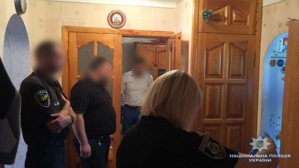 Заманили домой и издевались: под Киевом двое мужчин несколько часов насиловали несовершеннолетнюю девушку