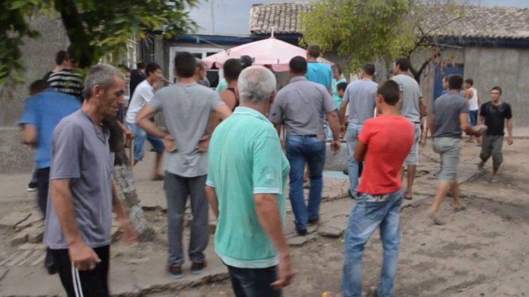Таскали за волосы и били по лицу: Ромы жестоко избили беременную женщину