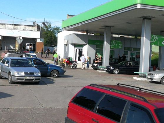 Решил конфликт: Во Львове на дороге мотоциклист выстрелил в автомобилиста
