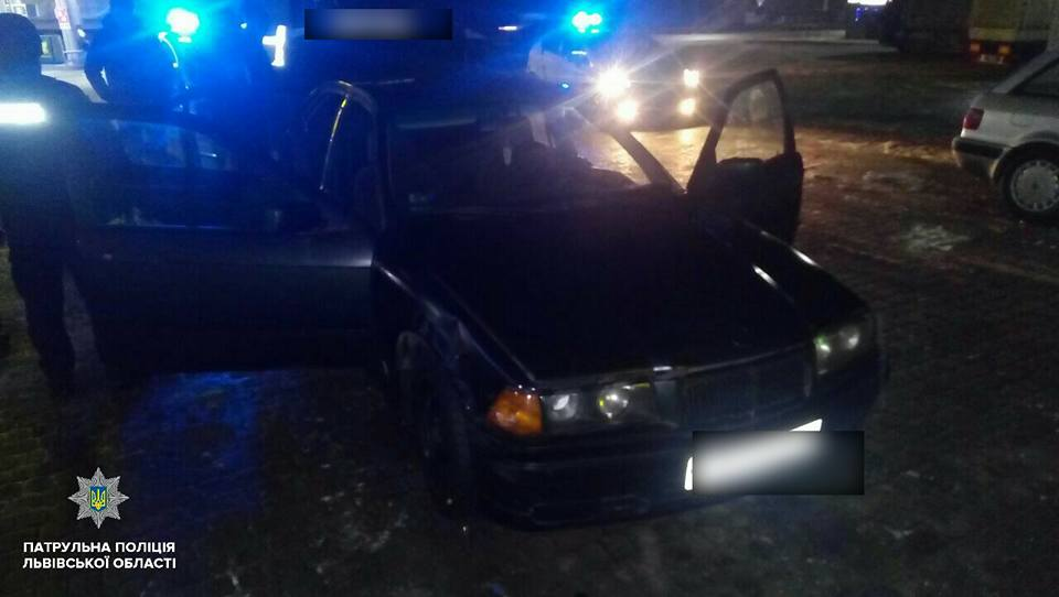 Показывала нижнее белье и покусала полицейских: пьяных за рулем поймали судью, полиция была шокирована
