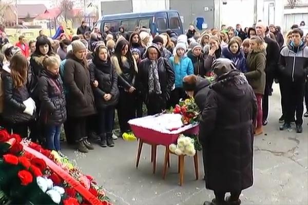 Придавил ребенка к стене дома и разбил ей голову: Тернопольщина попрощалась с погибшей школьницей