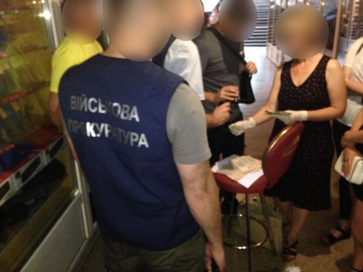 Требовала 75 тыс .: У Ровенской области чиновницу поймали на взятке