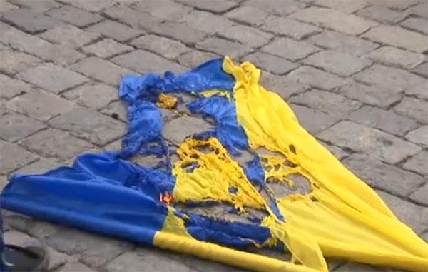 Пьяные подростки жестоко надругались над украинским флагом