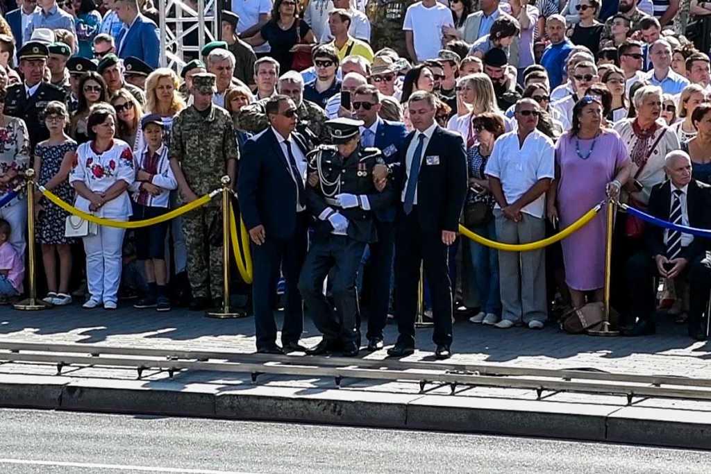 «Потерял сознание во время выступления Порошенко»: Сообщили, что валит с ног бойцов Президентского полка
