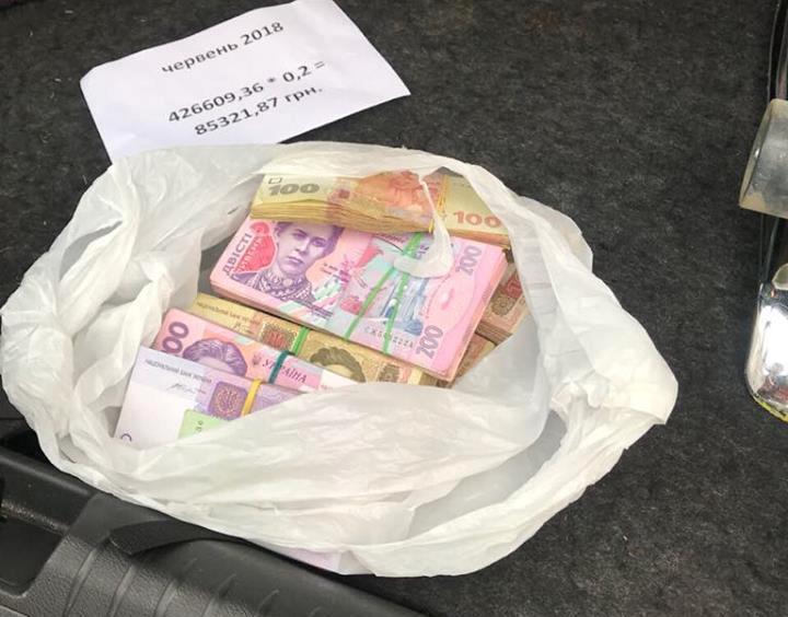 На взятке в 141 тысяча гривен задержали двух влиятельных чиновников