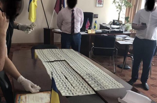 Требовал 33 тысячи долларов: на горячем задержали влиятельного чиновника