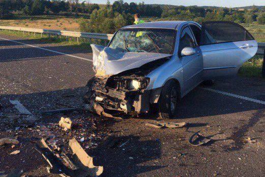 На Львовщине парень на большой скорости выехал на встречную полосу и столкнулся с автомобилем лоб в лоб. Есть жертвы