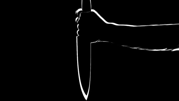 Возле собственного дома: 19-летний юноша с ножом напал на толпу людей