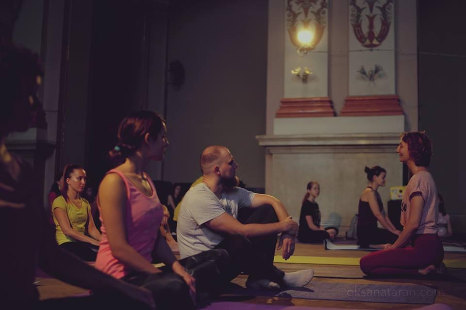 «Это святотатство!»: Во Львове разгорелся скандал из-за йоге в храме