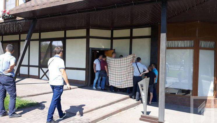 Требовали от предпринимателя 7 тысяч евро: В Кривом Роге на горячем задержали двух чиновников