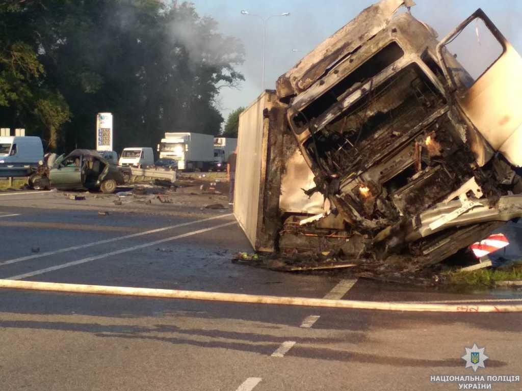 Не справился с управлением и скрылся с места происшествия: Под Киевом грузовик повлек за собой смертельное ДТП