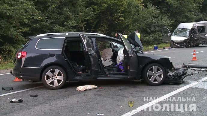 Жуткое ДТП возле Винницы: Легковушка на скорости столкнулся лоб в лоб с микроавтобусом, есть жертвы
