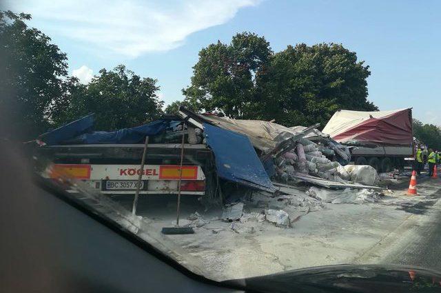 Жуткая авария во Львовской области: Две фуры на скорости столкнулись лоб в лоб