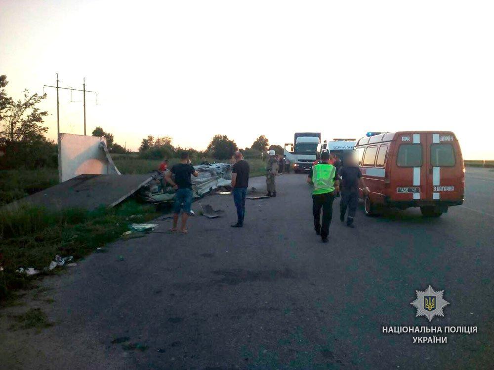 Автомобиль разгромил остановку, есть жертвы (ФОТО)