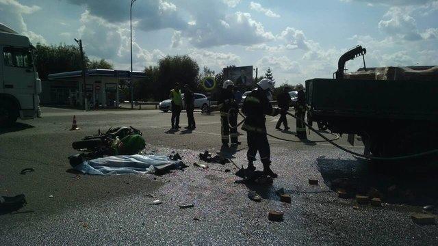 Смертельное ДТП в Ровенской области: Грузовик на большой скорости врезался в мотоциклиста