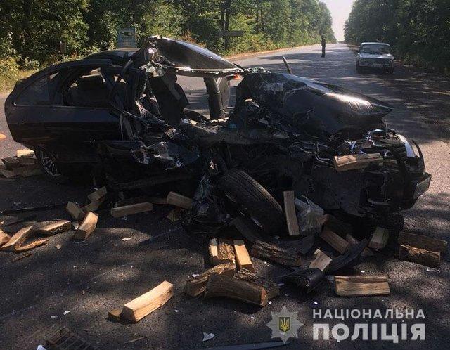 С авто остался один металлолом: столкнулись грузовик и легковушка, один человек погиб, трое пострадали