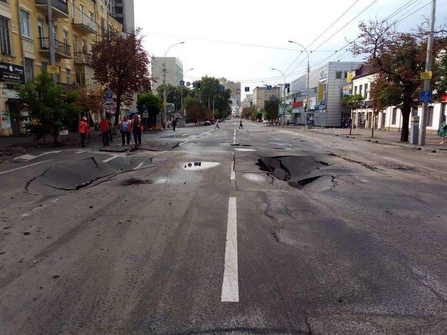«Киев уходит под землю»: Показали разрушенную дорогу в столице