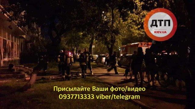 В Киеве неизвестные избили продавца книжного магазина и подожгли здание