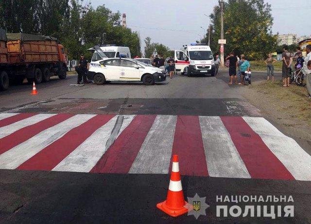 Опасная ДТП в Мариуполе: автомобиль сбил мать с ребенком на пешеходном переходе