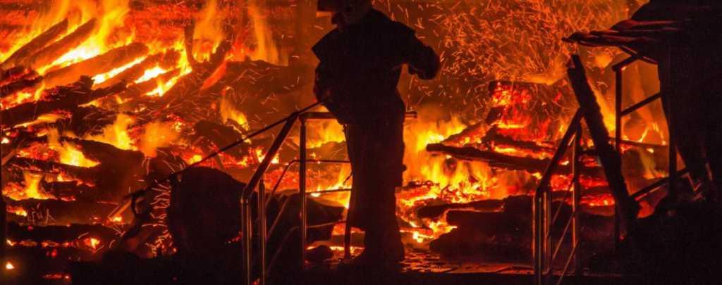 «Небо словно в аду»: Крупный пожар в Закарпатской области, горит «Новая почта»