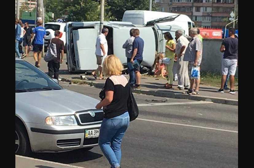 Авто вылетело на тротуар просто в людей: появились первые подробности и фото