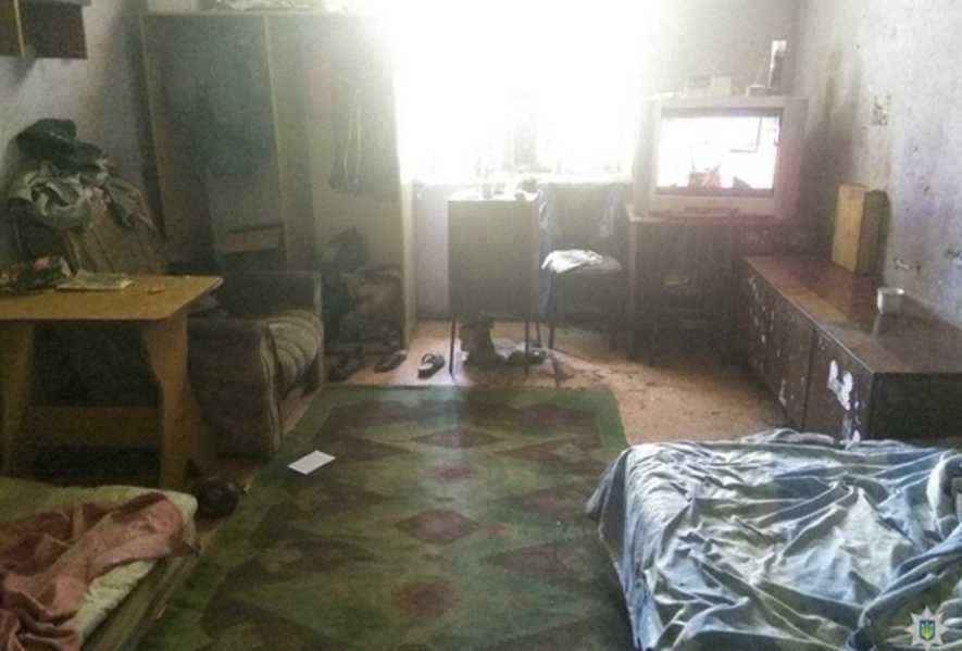 «Спали на грязных матрасах голые и голодные»: Показали жестокое воспитание родителей-пьяниц