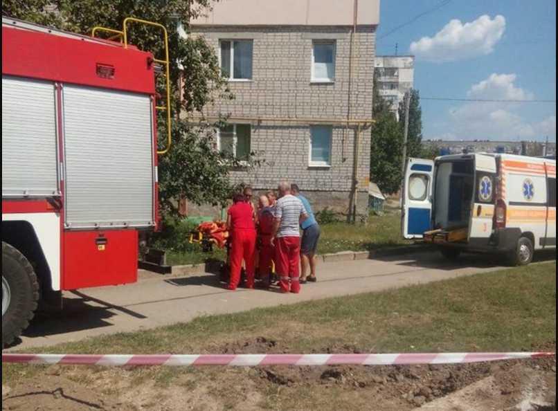 Трагические каникулы: 9-летняя девочка упала в яму на металлическую проволоку