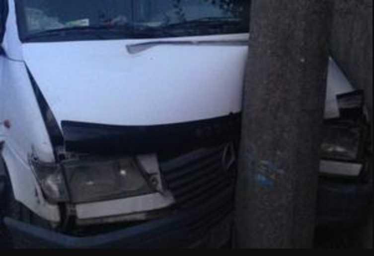 В Запорожье маршрутка врезалась в столб: есть пострадавшие