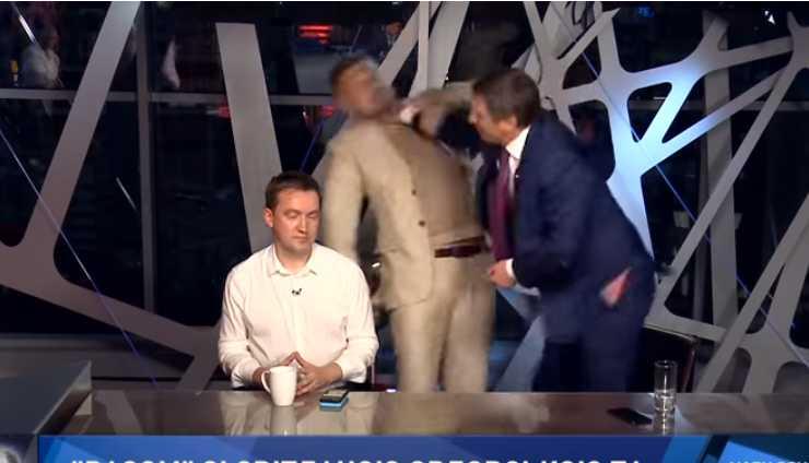 Нокдаун в прямом эфире: радикала Мосийчука избили прямо в студии