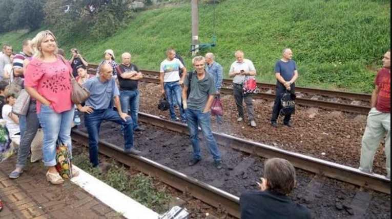 Легли на рельсы: во Львове пассажиры которые не смогли втиснуться в электричку устроили бунт