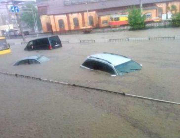 Электротранспорт не ходит, а жители вышли на лодках: показали последствия непогоды во Львове