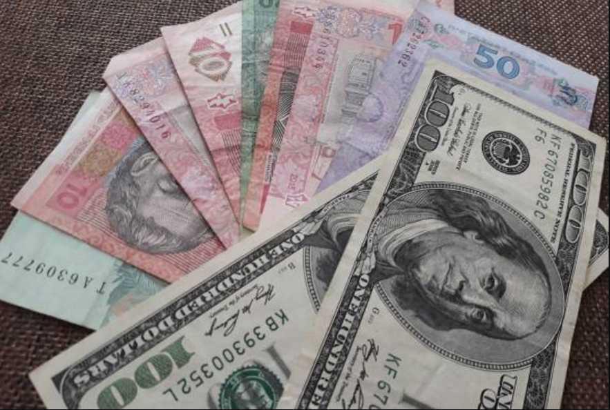Стоит бежать в обменник и скупать валюту? Доллар «набирает обороты»