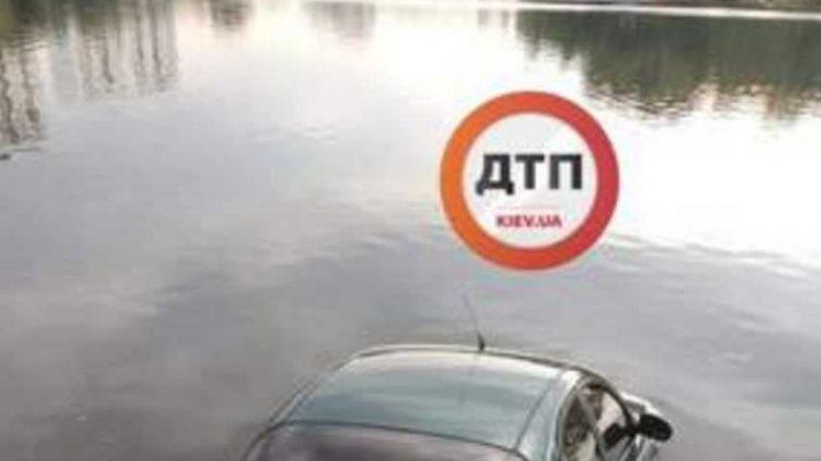 «Остается только догадываться» В Киеве легковушка утонул в озере