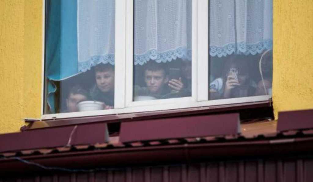 Убегая от охранника, выпрыгнул на улицу: во Львовской области подросток выпал из окна школы