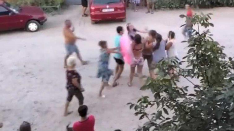 «Сначала валялась на дороге а затем …»: Женщина устроила дебош на украинском курорте (ВИДЕО)