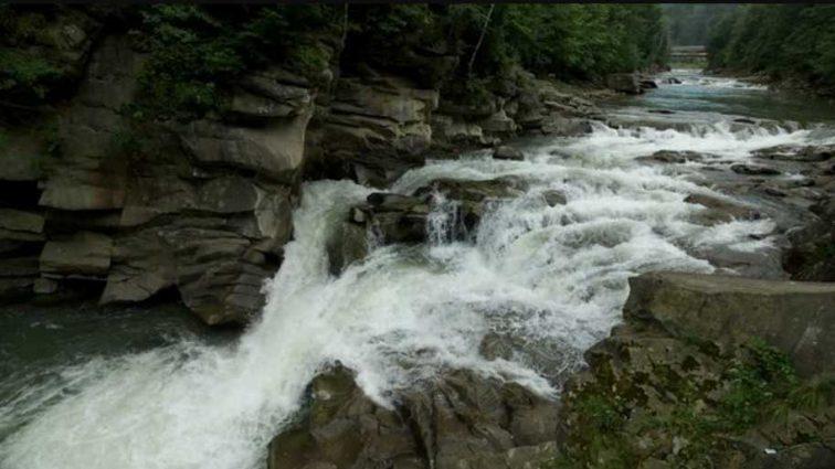 Маленькая девочка упала в водопад: мать бросилась спасать, подробности