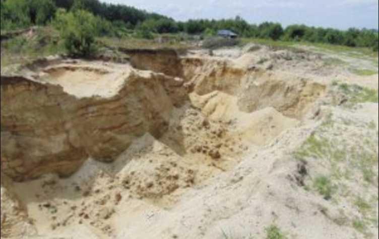 Бросились раскапывать та не успели: 4-летний мальчик трагически погиб под завалами песка