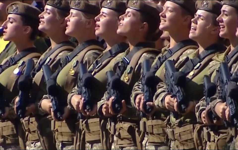 «Мурашки по коже»: Появление «девичьего батальона» на параде вызвала «взрывную» реакцию публики