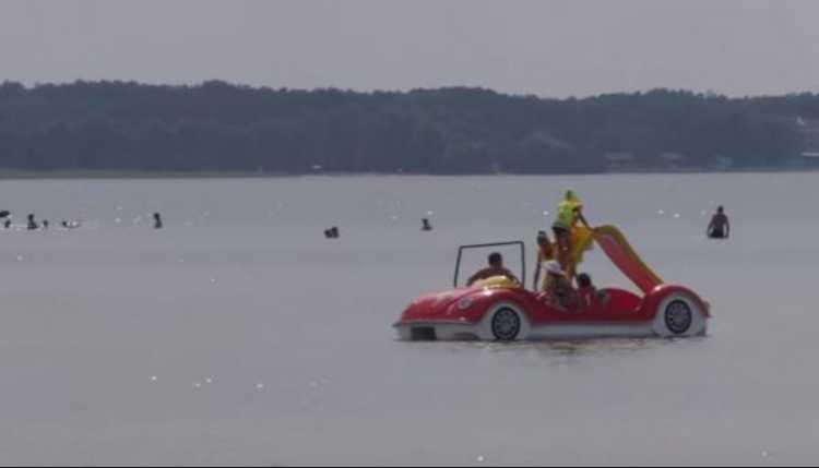 Прыгали в воду с катамарана: на озере Свитязь погибла женщина с ребенком
