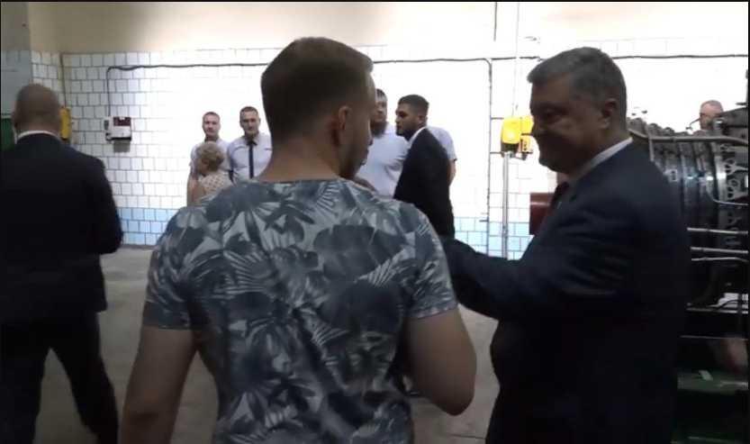 «Ты выйдешь, я тебе расскажу»: Порошенко снова громко поскандалил с журналистами (видео)