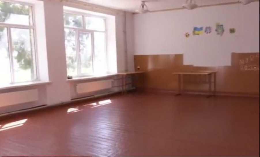 Без учебников в пустые классы: новая украинская школа на грани срыва